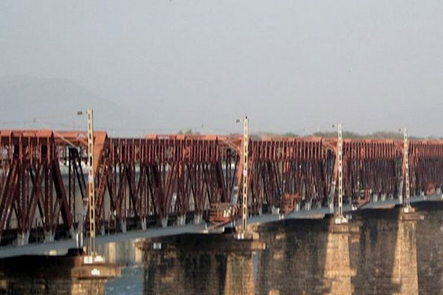 Seoni Malwa: 40 labourers feared trapped as an under-construction bridge collapses